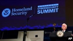 مایک پنس معاون رئیس جمهوری آمریکا در نشست امنیت سایبری در شهر نیویورک به میزبانی وزارت امنیت داخلی ایالات متحده - ۹ مرداد ۱۳۹۷