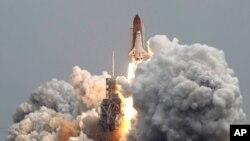 8일 오전 플로리다주 케이프 커내버럴의 우주센터에서 성공적으로 발사된 우주왕복선 애틀란티스호