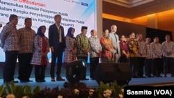 Menteri Agama Fachrul Razi saat menerima Anugerah Predikat Kepatuhan Tinggi. (Foto: VOA/Sasmito)