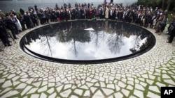 Công trình tưởng niệm là một hồ nước hình tròn nằm đối diện với tòa nhà Quốc hội Đức