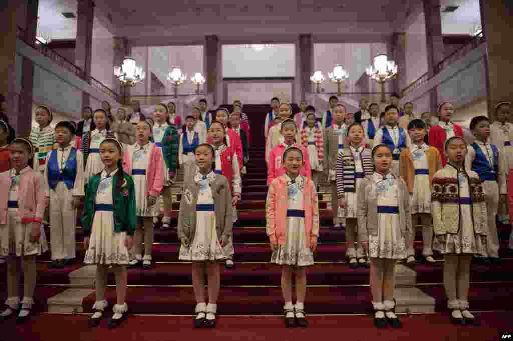 2017年11月9日,在北京人民大会堂的台阶上,儿童列队,准备欢迎美国总统唐纳德·川普和中国国家主席习近平。