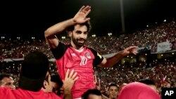 Mohamed Salah prtéen triomphe après la qualification de l'Egypte pour le Mondial 2018, Alexandrie le 8 octobre 2017