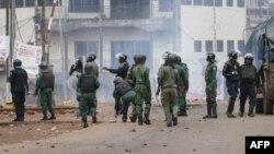 La police guinéenne se rassemble pour disperser les manifestants lors d'un rassemblement de l'opposition à Conakry le 23 octobre 2018.