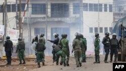 La police se prépare à disperser les manifestants lors d'un rassemblement de l'opposition à Conakry, Guinée,le 23 octobre 2018.