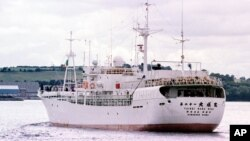 """Un pesquero japonés navega en aguas irlandesas. A la ONU le preocupa la """"apropiación oceánica"""" o la pesca industrial agresiva de flotas extranjeras en los países en desarrollo."""