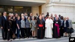 Paus Fransiskus berfoto bersama para anggota sinoda Gereja Katolik Roma di Vatikan, di sela-sela pertemuan mengenai masalah isu-isu keluarga (10/10).