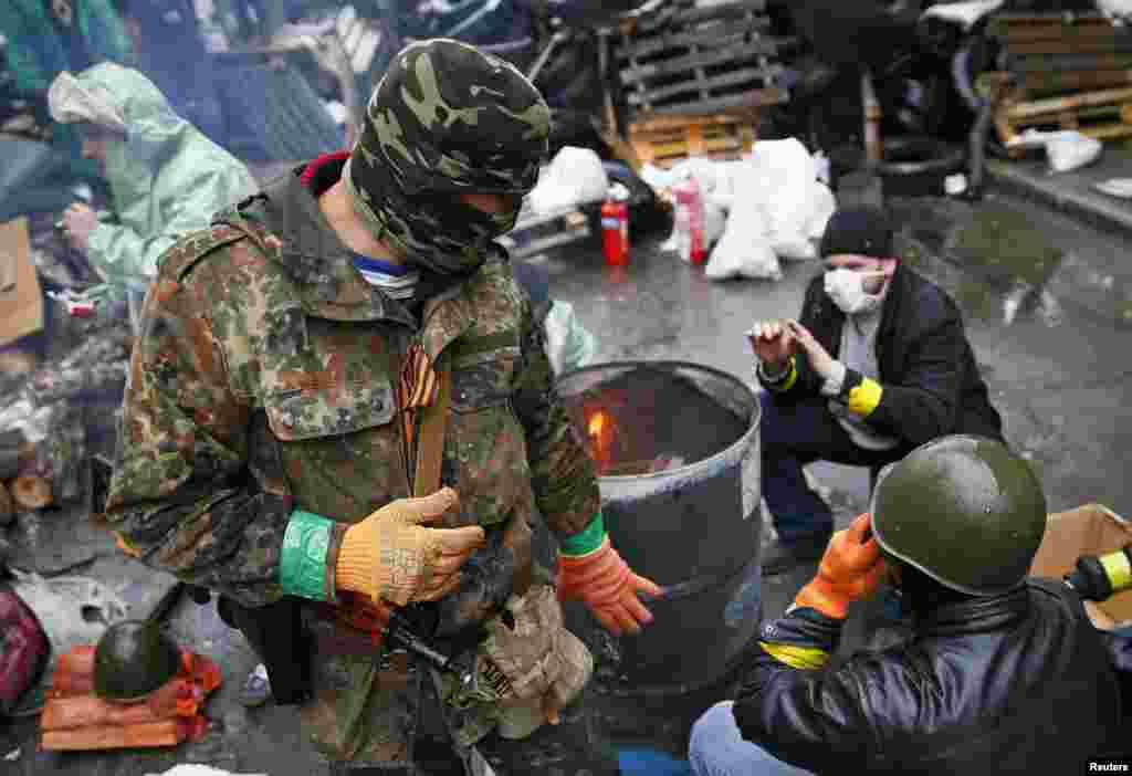 روس کے حامی مظاہرین اور کیئف کی حکومت کے حامیوں کے درمیاناتوار کو پرتشدد جھڑپیں ہوئیں۔