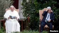 Paus Fransiskus dan Presiden Palestina Mahmoud Abbas dalam pertemuan di Vatikan, 8 Juni 2014.