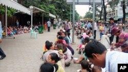 Warga antri untuk mendapatkan pengobatan gratis untuk anak-anak mereka dari rumah sakit Kantha Bopha di Phnom Penh, Kamboja (4/7). Penyakit misterius telah menyebabkan meninggalnya lebih dari 60 anak di Kamboja.