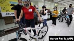 """Seorang pemenang yang mendapat hadiah sepeda dari yaysan """"Benjamin Canlas Courage to be Kind"""" di Manila, Filipina."""
