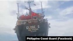 Hình ảnh chụp từ video đăng tải trên trang Facebook của Tuần duyên Philippines cho thấy con tàu cắm cờ Việt Nam bị mắc cạn ngoài khơi tỉnh Antique của Philippines hôm 13/8. (Philippine Coast Guard Facebook)