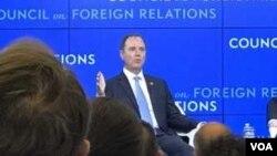 美眾議院常設情報特別委員會主席謝安達星期二在外交關系協會的一個座談會上(美國之音莉雅拍攝)
