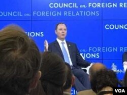 美众议院常设情报特别委员会主席谢安达星期二在外交关系协会的一个座谈会上(美国之音莉雅拍摄)