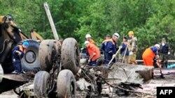 Hiện trường nơi máy bay lâm nạn gần đường băng tại sân bay Petrozavodsk, cách thủ đô Moscow 650 km về phía tây bắc, ngày 21/6/2011