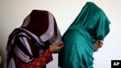 دختران به دلیل احترام به تصمیم والدین شان و گاهی با اعمال فشار والدین، تن به ازدواج اجباری میدهند.