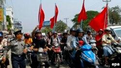 ພວກນັກສຶກສາ ພາກັນຂັບລົດຈັກປະທ້ວງ ເພື່ອການປະຕິຮູບ ການສຶກສາໃໝ່ ຂອງມຽນມາ ໃນ Mandalay, ມຽນ, 27 ມີນາ, 2015.