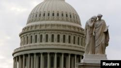 国会大圆顶及附近的雕像(资料照片)