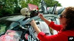 芝加哥罷工教師菲洛梅娜•約翰遜星期天在自己的車上張貼聲明﹐強調有必要增加學校的社會服務