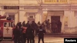 Anggota polisi operasi khusus berjaga di depan kantor pos, tempat seorang laki-laki melakukan penyanderaan di Kharkiv, Ukraina, 30 Desember 2017.