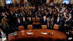 Los demócratas han estado indagando en supuestos esfuerzos de Donald Trum para presionar a Ucrania a que investigue al rival político Joe Biden, el ex vicepresidente de Estados Unidos que busca la nominación demócrata para enfrentar a Trump en las elecciones de 2020.