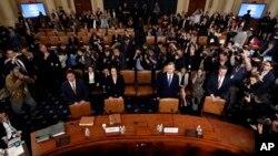 L'ancienne assistante à la sécurité nationale de la Maison Blanche, Fiona Hill, et David Holmes, diplomate américain en Ukraine, arrivent pour témoigner devant le comité du renseignement de la Chambre des représentants, le 21 novembre 2019.