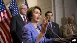 众议院少数党领袖佩洛西(中)在国会记者会上发表讲话表示要讨论参议院通过的财政悬崖提案