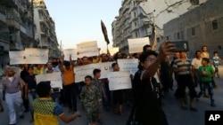 2016年9月13日,敘利亞被圍困的城市阿勒頗的活動人士抗議他們所說的聯合國不能解除對反政府武裝控制地區的封鎖。