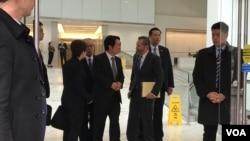 在维安人员保护下,台湾候任副总统赖清德(右4)2020年2月7日在哈德逊研究所座谈会后与前美国国防部副助理部长克洛普西(右3)交谈(美国之音锺辰芳拍摄)