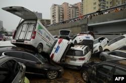 河南省鄭州市遭暴雨侵襲後一個隧道口的汽車。(2021年7月22日)