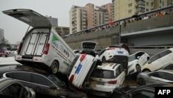 河南省郑州市遭暴雨侵袭后一个隧道口的汽车。(2021年7月22日)