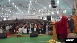 西藏精神领袖达赖喇嘛在向信徒讲道。(资料照片)