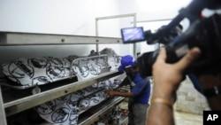 巴基斯坦志愿者8月17日将暴力袭击死难者的尸体停放在卡拉奇的一所医院