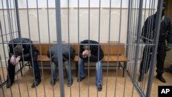 Tiga orang tersangka kasus pembunuhan diadili di sebuah pengadilan di Moskow, Rusia (foto: ilustrasi). Rusia akan kembali memberlakukan kerja paksa sebagai hukuman pidana mulai 1 Januari 2017.