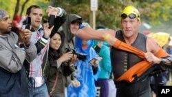 Lance Armstrong saat mengikuti lomba triaton di Ellicott City, Maryland, baru-baru ini. (AP/Steve Ruark)