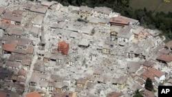 Photo aérienne du village de Amatrice, dans le centre de l' Italie, après le séisme, le 24 août 2016. (AP Photo/Gregorio Borgia)