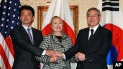 28일 미국 뉴욕에서 회담한 겐바 고이치로 일본 외상과 힐러리 클린턴 미 국무장관, 김성환 한국 외교장관(왼쪽부터).