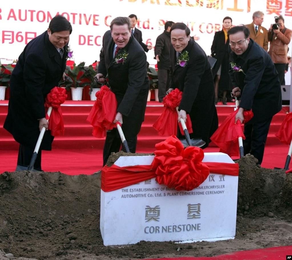 2004年12月6日,北京市委书记刘琪(左一),北京市长王岐山(左三),北京市委秘书长孙政才(右)和德国总理施罗德在北京的梅赛德斯-奔驰工厂奠基典礼上铲土。有些时事评论员说,刘琪和王岐山不和,而孙政才是市委秘书长,站在市委书记一边,所以和王岐山关系不好。