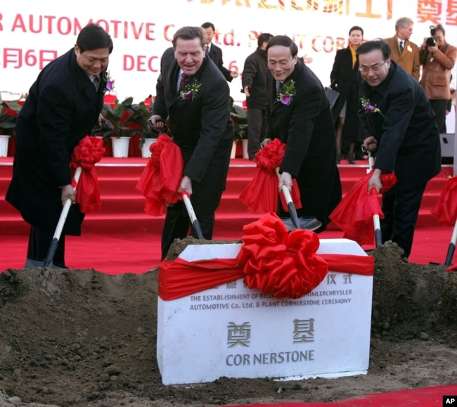 2004年12月6日,北京市委书记刘琪(左一),北京市长王岐山(左三),北京市委秘书长孙政才(右)和德国总理施罗德在北京的梅赛德斯-奔驰工厂奠基典礼上铲土。