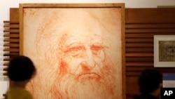 Un dibujo que representa al artista, científico e inventor Leonardo Da Vinci durante una exhibición permanente el día que se conmemoraron 500 años de su muerte. Roma, 2-5-19.