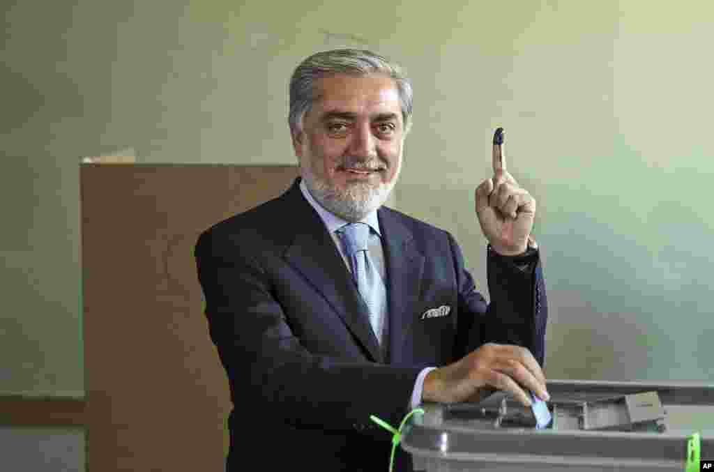 داکتر عبدالله عبدالله، نامزد ریاست جمهوری با مراجعه به یکی از مراکز رای گیری کابل در دور دوم انتخابات ریاست جمهوری افغانستان رای داد