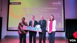 Intelektual Muslim dari Amerika Shabbir Mansuri (kedua dari kanan) bersama Duta Besar AS untuk Indonesia Scot Marciel (kedua dari kiri) dalam sebuah acara di Pusat Kebudayaan Amerika @america, Jakarta. (VOA/Andylala Waluyo)