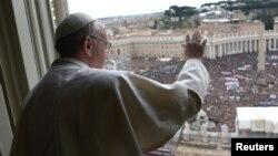 Más de 100 mil personas asistieron en el Vaticano al primer Ángelus del papa Francisco.
