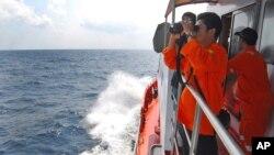 12일 인도네시아 말라카 해협에서 인도네시아 정부 구조대가 말레이시아 실종 여객기 수색 작업을 벌이고 있다.