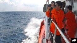 Para anggota BASARNAS dari Indonesia ikut membantu pencarian pesawat di Selat Malaka (12/3).