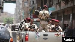 سربازان در حال گشت زنی حول پارلمان یمن، ۱۳ اوت ۲۰۱۶