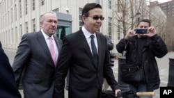 Cựu tổng thống Rafael Callejas, giữa, và luật sư của mình là Manuel Retureta rời tòa án liên bang ở New York hôm 28/3.