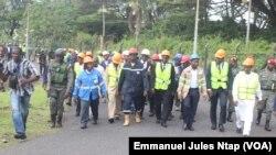 Une délégation conduite par les ministres du commerce, de l'eau et de l'énergie sur le site de la Sonara après l'incendie à Yaoundé, au Cameroun, le 17 juin 2019. (VOA/Emmanuel Jules Ntap)