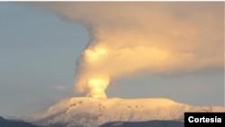 El cráter del Volcán Nevado del Ruíz, en Colombia, ha incrementado su actividad sísmica y está emanando cenizas volcánicas en varias poblaciones cercanas. [Foto: Servicio Sismológico Colombiano]