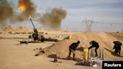 Nhóm dân quân Dawn of Libya (Bình Minh Libya) bắn pháo nhắm vào chiến binh Nhà nước Hồi giáo gần Sirte, ngày 19/3/2015 (Ảnh tư liệu).
