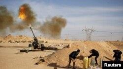 عکس آرشیوی از نیروهای لیبی در حال شلیک به سوی مواضع پیکارجویان داعش در نزدیکی شهر سرت - اسفند ۱۳۹۳